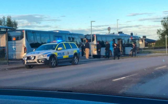Bugün Temyiz Mahkemesi, 47 yaşındaki baba ve iki oğlu hakkında  Kiruna'daki otobüs cinayeti nedeniyle karar verdi.  15 Temmuz 2020 tarihinde 99 bıçak darbesiyle katledilen 20 yaşındaki gencin cinayet davası ile ilgili mahkeme karar verdi.