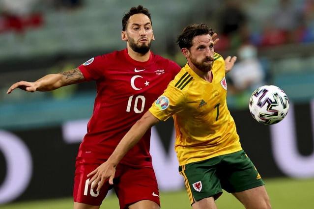 EURO 2020'ye İtalya mağlubiyeti ile başlayan A Milli Takım, A Grubu 2. maçında Galler ile kozlarını paylaştı. Bakü Olimpiyat Stadı'nda rakibine 2-0 kaybeden milliler, gruptan çıkma şansını bir hayli zora soktu. Türkiye'nin İsviçre ile oynayacağı son maç çok büyük öneme sahip oldu.  A Milli Takım , EURO 2020'deki 2. maçında Galler ile kozlarını paylaştı. Açılışı İtalya karşısında yapan ve sahadan 3-0'lık mağlubiyetle ayrılan Milli Takım, maalesef Galler'e de 2-0 kaybetti ve gruptan çıkma şansını zora soktu.