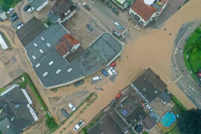 Almanya'da şiddetli yağmurun neden olduğu sel nedeniyle 6 bina çöktü. Reuters'ta yer alan son dakika bilgisine göre, en az 9 kişi kişi hayatını kaybetti. Yaklaşık 60 kişinin ise kayıp olduğu açıklandı.