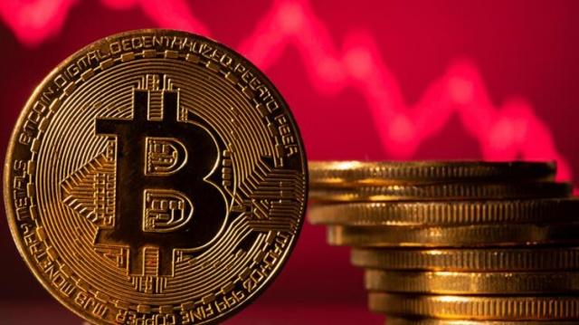 Nisan ayı ortasından itibaren düşüşe geçen ve yüzde 50'nin üzerinde değer yitiren Bitcoin, 9 gün peş peşe yükselerek yüzde 35 yükseldi. Ancak altcoinler bu yükselişe ayak uyduramadı. Peki, Bitcoin'de yükseliş sürecek mi? Piyasanın önündeki en büyük riskler neler?  Bayram dönüşü piyasalar, haftanın ilk yarısını oldukça dar bantta tamamladı. Borsa ve döviz cephesinde en sert fiyat hareketleri perşembe günü yaşandı. Bunda ABD Merkez Bankası'nın (Fed) çarşamba akşamı yaptığı faiz toplantısı sonra yaptığı açıklamalar etkili oldu.  Fed başkanı Powell'ın tahvil geri alım programında bir takvimin belirlenmediğini ve toparlanma tamamlanana kadar para politikasının destekleyici kalmaya devam edeceğini söylemesi piyasalarda risk iştahını bir miktar artırdı.  Yine Türkiye Cumhuriyet Merkez Bankası'nın (TCMB) perşembe günkü Enflasyon Raporu da piyasalar tarafından yakından takip edildi