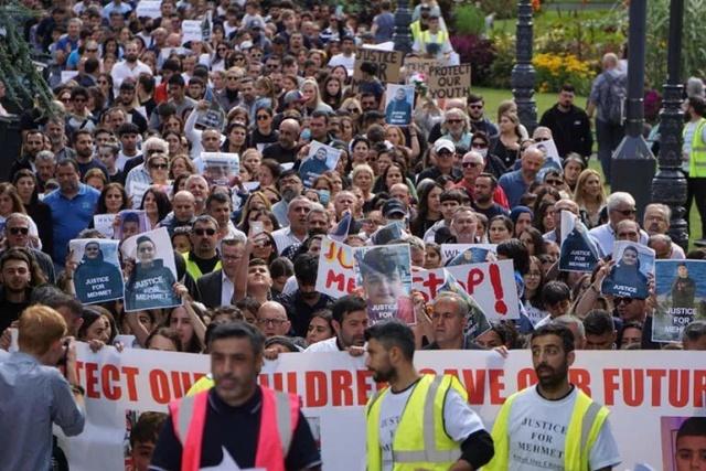 İngiltere'nin Bournemouth kentinde, yüzlerce kişi 13 yaşındaki Mehmet Altun'un, 14 yaşındaki bir başka çocuğun verdiği uyuşturucuyla hayatını kaybetmesini protesto etti.  BRİTANYA Alevi Federasyonu (BAF), Bournemouth Alevi Kültür Merkezi ve Cemevi'nin düzenlediği yürüyüşe, Altun ailesi, Tavla Köyü Dayanışma Derneği, Pir Sultan Londra Derneği, köy ve yöre dernekleri katıldı. Bournemouth Belediye Meclis üyeleri ve kentteki çok sayıda sivil toplum kuruluşu destek verdi.  Eyleme katılanlar arasında anne Aynur Altun, baba Hulusi Altun, abla Gülbeyaz Aynur ve Britanya Alevi Federasyonu (BAF) Başkanı İsrafil Erbil de yer aldı.