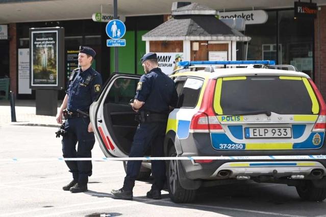 Zanlı polis tarafından yakalandı  Polis, arabaları soyan ve ardından çılgın bir yolculuğa çıkan bir adamla ilgili ihbarın ardından, gece Stockholm ilinin çeşitli yerlerinde büyük bir operasyon yaptı.  Polis sözcüsü Ola Österling, zanlının gece çılgın bir tura çıktığını söyledi.