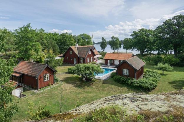 İsveç'te ülkenin pahalı evleri listesinde ilk sıralarda yer alan evlerin fiyatları dudak uçuklatacak cinsten.  İsveç'in Hemnet sitesinde satışta olan yedi ada evi ile ilgili şimdi almanın tam zamanı deniyor.  En yüksek fiyata sahip olan evde golf sahasına kadar neredeyse yok yok denecek durumda.  İşte sırasıyla o 7 ev ve fiyatları: