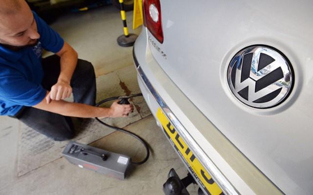 Almanya Federal Motorlu Ulaşım Dairesi (Kraftfahrt-Bundesamt - KBA), Alman otomotiv devi Volkswagen'i sarsan emisyon skandalında ortaya çıkan gerçeklerin diğer üreticilerde de yaşanıp yaşanmadığını belirlemek için araştırma yapıyor. İşte araştırma yapılan o markalar...  23 otomotiv firması tarafından üretilen 50'den fazla dizel araç Almanya'da testlere tabi tutuluyor. Almanya Federal Motorlu Ulaşım Dairesi (Kraftfahrt-Bundesamt - KBA), Alman otomotiv devi Volkswagen'i sarsan emisyon skandalında ortaya çıkan gerçeklerin diğer üreticilerde de yaşanıp yaşanmadığını belirlemek için araştırma yapıyor.  Kaynak: HABERTURK.COM