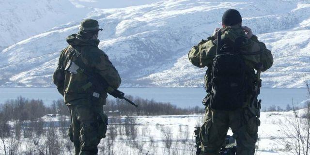 Norveç koronavirüsle mücadele konusunda sınır kontrolleri için orduyu görevlendirdi.  İsveç sınırında görev alan askerler İsveç'ten Norveç'e izinsiz girmeye izin vermiyor.