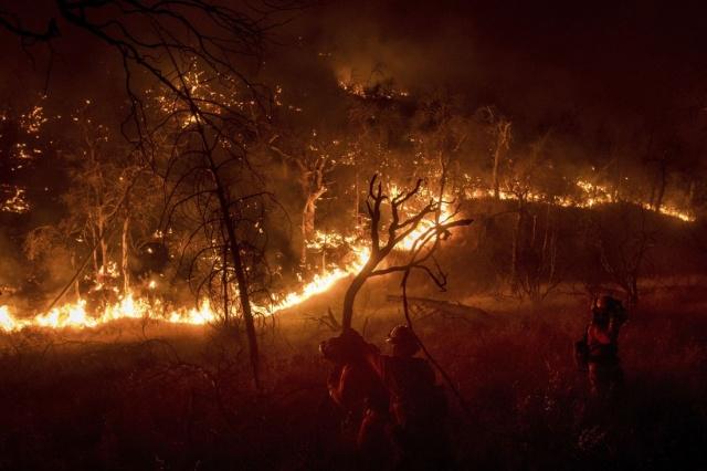 Yangınlarda hayatını kaybedenlerin sayısı ise 7'ye yükseldi.  Ayrıca, geçen haftadan bu yana binlerce kişi evlerinden tahliye edildi.