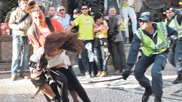 6-MADRİD'DE EKONOMİK KRİZ ÖFKESİ İspanya'nın başkenti Madrid'deki 1 Mayıs gösterileri, ekonomik kriz nedeniyle hükümeti protesto mitingine dönüştü, binlerce iletişim çalışanı, ekonomik yaptırımları protesto amacıyla greve gitti.