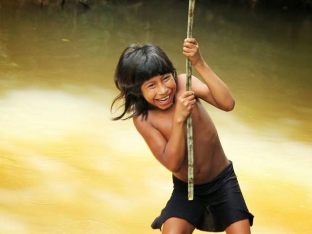 Doğu Amazon'daki Awa Guaja halkı, ormanın doğal bir parçası olmuş durumda.Doğayla aralarındaki bağ o kadar güçlü ki takıntılı biçimde sahiplendikleri pek çok orman hayvanını kendileri yetiştiriyor ve yavruların hayatta kalmalarını sağlıyorlar...