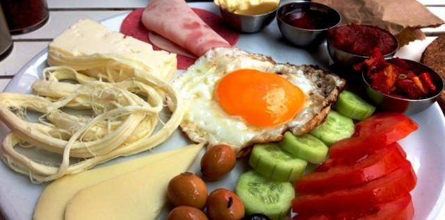 Sahurda tok tutan yiyecekler arasında tahıllı besinler ve yumurta tüketilmesi tavsiye edilirken yeşil çay içilmesi öneriliyor.
