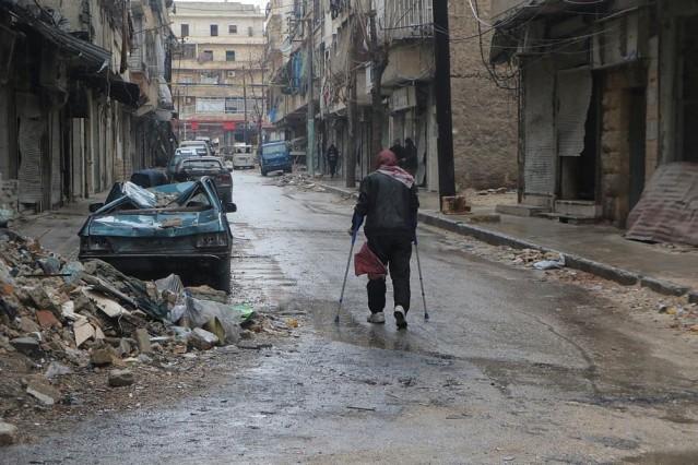 Halep'in doğusunda rejim güçlerinin ateşkes ihlali sürüyor  Suriye'nin doğu Halep bölgesinde ateşkesi ihlal eden Beşşar Esed rejimi ve İran komutasındaki Şii milisler, muhaliflerin elinde kalan alanı da ele geçirmek için şiddetli saldırılar düzenliyor. Halep'in doğu kesimlerindeki Meşhed semtinde mahsur kalan vatandaşlar, tahliyelerin gerçekleştirileceği bölgelere hareket etti.