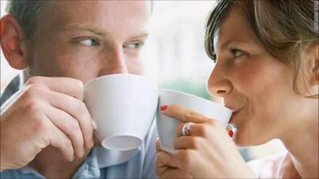 GÜZEL SÖZ SÖYLERKEN CİMRİ OLMAYIN  5) Evlilikte birbirinize iltifatı ve sözün en güzelini söylemekte cimri olmayın. İlgi görmek herkesin hoşuna gider. Yerinde ve zamanında yapılan bir iltifat yahut takdir en kısa zamanda olumlu yönde karşılığını görür. İncitici, rencide edici ve aşağılayıcı sözler duyguları yoksun bırakır. Duyguları yoksun kalmış bir erkek yada kadın mutlu hissetmediği gibi eşini de mutlu edemeyecek ve pasif davranacaktır.