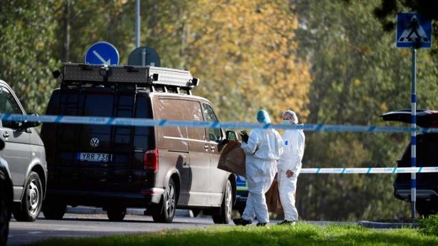 Märsta'da geçen sonbaharda yaşanan cinayet olayıyla ilgili soruşturma kapsamında 22 yaşındaki genç bir kadının tutuklandığı bildirildi.  Edinilen bilgilere göre, geçen sonbaharda Märsta'da cinayet şüphesiyle 22 yaşındaki bir kadın tutuklandı. Bölge mahkemesi, bugün gözaltına alınması talep edildiğini ve duruşmaların bu öğleden sonra yapılacağını belirtiyor.