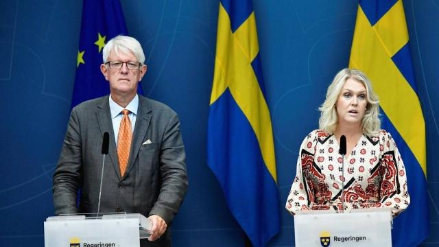 """Sosyal İşler Bakanı Lena Hallengren, ülkede enfeksiyonun yayılması hala yüksek ve sağlık hizmetleri hala baskı altında dedi.  Ancak tavsiyelere uyarsak, salgın yaz aylarında azalabilir ifadeleri kullandı.  Lena Hallengren, senaryoların önümüzdeki aylarda daha düşük enfeksiyon yayılımıyla daha parlak bir gelecek öngördüğünü söyledi.  Bir basın toplantısı sırasında, hükümet ve İsveç Halk Sağlığı Kurumu, enfeksiyonun yayılmasının önümüzdeki üç ay içinde nasıl görüneceğine dair yeni senaryolar sundu.  """"Durum hala ciddidir."""" diyen Hallengren, birçok kişi aşılanana kadar toplumun güvende olmadığını söyledi."""