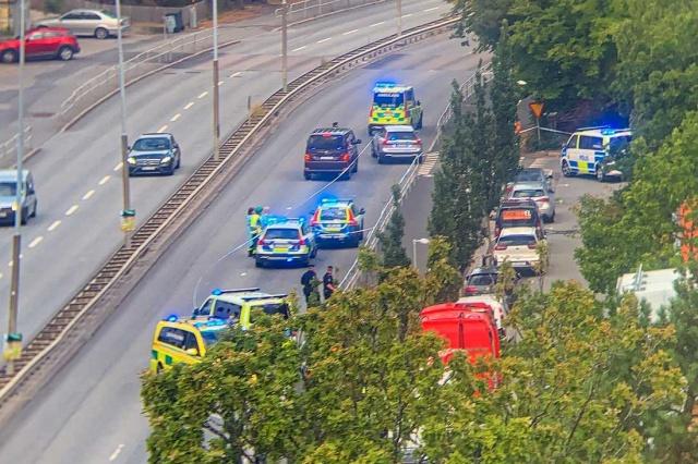 Başkent Stockholm'de yaklaşık bir aydır olayların ardı arkası kesilmiyor.  Çetelerin savaşı olarak topluma yansıtılan olayların perde arkası karanlık olsada kolluk güçlerinin bu konudaki yetersizliği nedense gündeme getirilmiyor.  Başkent Stockholm'ün çeşitli bölgelerinde bir ay içinde elliye yakın olay yaşandı. Neredeyse hergün cinayet, silahlı saldırı, soygun, darp ve tecavüz olaylarının yaşandığı Stockholm'de polisin yaşanan olayların ardında kalan cesetleri ve yaralıları toplamaktan başka bir şey yapmadığı görülüyor.