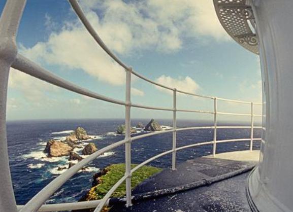 Hepsinin yanında, bu cennet parçası görünümlü adanın kapkaranlık fırtınalı bir havada insanı korkudan ağlatabileceği de bir gerçek.