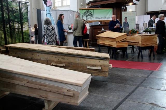 Uitvaart.com ve BDK Media tarafınca bu yıl üçüncüsü gerçekleştirilen Westerkerk Kilisesi'nde fuarda, Hristiyan dininin cenaze törenlerinde kullanılan yeni akım cenaze malzemeleri ve törenleri tanıtıldı.