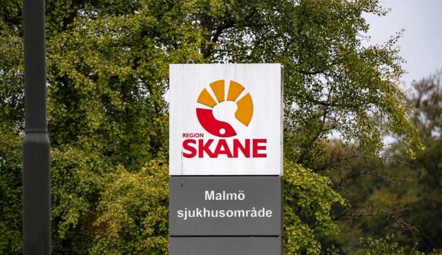 Skåne bölgesinde artan enfeksiyon nedeniyle yeni kısıtlamalar getirildiği açıklandı.  Hastanelerde tedavi gören hasta sayısının artması ve vaka sayısındaki artış nedeniyle bölge için yeni tavsiyeler yayınlandı.  Enfeksiyonun yayılmasındaki artışın bir sonucu olarak artık Skåne'de daha keskin kısıtlamalar getirildi.  Bugünkü basın toplantısında Anders Tegnell, artan yeni vakalar nedeniyle, Skåne bölgesinde daha katı genel tavsiyelerde bulunmaya karar verdik dedi.