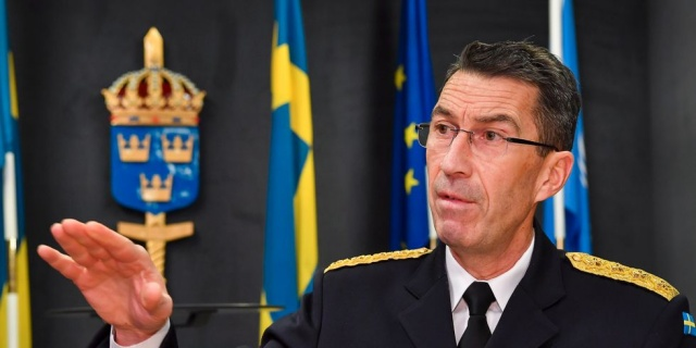 """SvD, İsveç Silahlı Kuvvetleri'nin Polisten Norveç'e karşı sınır gözetlemesine yardım etme talebinde bulunduğunu bildirdi. Bu öğleden sonra hükümetle yapılan basın toplantısında Ulusal Polis Şefi Anders Thornberg'in de katılacağı resmi bir duyuru bekleniyor.  Ocak ayı başlarında bir SvD röportajında ÖB Micael Bydén, Silahlı Kuvvetlerin, bölgelerin yardım istemesi koşuluyla, yaklaşan covid-19'a karşı toplu aşılama ile bağlantılı olarak askeri kaynak sağlamaya hazır olduğunu duyurdu.   """"Destek ve işbirliği için çeşitli makamlara bir istek gönderdiğimizi teyit edebiliriz"""" diyen Polis basın bürosundan Stefan Marcopoulos, ilgili makamdan bilgi aldığımızda içeriği açıklarız dedi."""