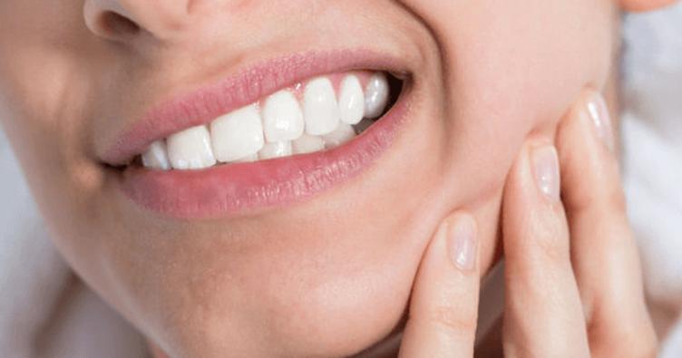 Dişlerimizde yaşanan sorunlardan dolayı oluşan ağrılar her zaman zor bir hal almıştır. Diş ağrılarının çekilmez bir hal alması sebebiyle, vatandaşlar evde diş ağrısına iyi gelen yöntemleri aramışlardır. Peki diş ağrısına ne iyi gelir?