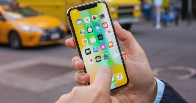 Apple, en çok satan telefonlar listesine ilk sıradan girdi. IHS Markit verilerine göre 12.7 milyonu aşan sevkıyat rakamıyla iPhone X tüm telefon modellerini geride bırakarak bir numaraya yerleşti. Toplamda 345 milyonu aşkın telefon sevkıyatı gerçekleştirilirken iPhone X'i iPhone 8 takip etti ve 8.5 milyon adede ulaştı. Elbette bu rakamlar 2018'in ilk çeyreğine ait. Ancak bu olumlu tabloya rağmen Apple için olumsuz olabilecek bir başka ayrıntı da tabloda yer aldı. Buna göre Apple bu yıl iki iPhone modeliyle en çok satanlar listesine girmiş olsa da, geçen yıla göre toplamda daha az iPhone sattı.