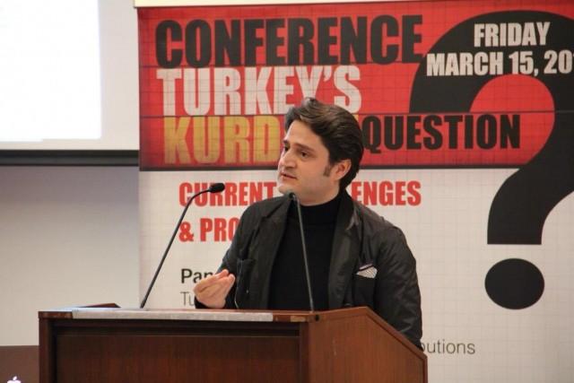 TÜRKİYE ALEYHİNE YAZIYOR  SABAH Özel İstihbarat Müdürü Abdurrahman Şimşek'in bulup görüntülediği örgüt yöneticilerinden biri Fuat Avni hesabının lideri de olan Aydoğan Vatandaş. İstanbul Cumhuriyet Başsavcılığı'nın hazırladığı dosyada FETÖ'nün illegal istihbarat havuzunda toplanan bilgileri Fuat Avni hesabından paylaşan lider isim olarak geçen Aydoğan Vatandaş, bu hesaptan attığı tweetlerle 15 Temmuz'un altyapısını hazırlamıştı. 2006'dan beri ABD'de yaşayan Aydoğan Vatandaş, FETÖ'nün medya ayağının en etkili isimlerinden biri. Vatandaş, şu anda yalnızca ABD'nin değil, dünyanın en büyük haber sitelerinden biri olan The Huffington Post'ta örgüt propagandası içeren, Türkiye aleyhine makaleler yazıyor. ABD'deki Türkiye aleyhtarı örgüt lobisinin önemli isimlerinden olan Aydoğan Vatandaş, çeşitli konferanslara katılarak Türkiye'yi karalamaya çalışıyor. Vatandaş'ın, ABD'de Rıza Zarrab'la ilgili soruşturmayı yürüten Savcı Preet Bharara'nın ofisini sık sık ziyaret ettiği de belirtiliyor. Aydoğan Vatandaş, Ergenekon Terör Örgütü adını ilk defa 1996'da kullanan kişi... Vatandaş, FETÖ'nün 'çatı din projesi'ne zemin hazırlamaya çalışan isimlerden biri olarak biliniyor. Vatandaş, ezoterik tarikatları model alan FETÖ'nün, ezoterizm üzerine araştırmalarıyla tanınan isimlerinden biri.
