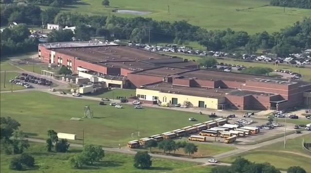 ABD'nin Teksas Eyaleti'nde bulunan Santa Fe Lisesi'ne silahlı saldırı düzenlendi. Saldırıda ez az 8 kişi hayatını kaybetti. Çok sayıda yaralı olduğu bildirildi.
