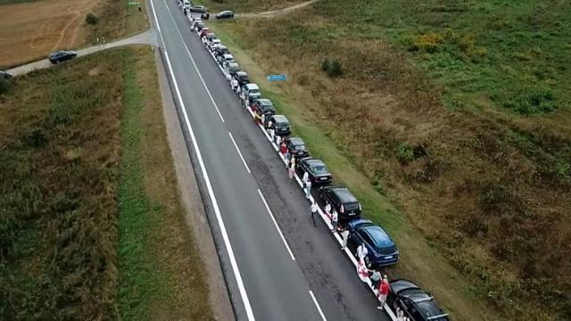 """Belarus'ta Cumhurbaşkanı Alexander Lukashenko'ya karşı protesto eden halk ile beraber olduklarını göstermek için Litvanya'da yaklaşık 50 bin kişi """"dayanışma zinciri"""" oluşturdu.  Aralarında Litvanya Devlet Başkanı Gitanas Nauseda'nın bulunduğu binlerce kişi ülkenin başkenti Vilnius'ten Belarus sınırına kadar 30 kilometrelik bir insan zinciri oluşturdu.  """"Özgür Belarus ile birlikteyiz, onlara elimizi uzatıyoruz"""" diyen Nauseda, """"Özgürlüğünü kaybeden milletler en çok buna değer veriyor. Bu nedenle Litvanya halkı, esaret zincirlerini kırmaya çalışan Belarus halkına tam desteğini ilan etmek için bugün burada"""" diye konuştu."""