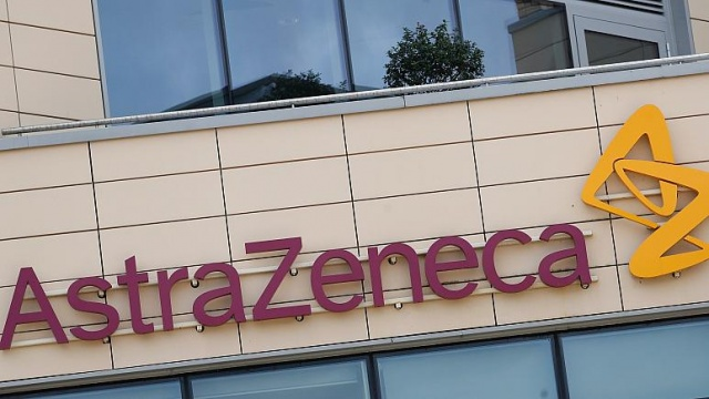 """İngiltere'deki Oxford Üniversitesi ile birlikte aşı çalışmaları yürüten ilaç şirketi AstraZeneca, klinik denemelerde üçüncü aşamada olan potansiyel aşının denendiği İngiliz bir katılımcıda ciddi yan etkiler görülmesi üzerine çalışmalarını durdurdu.  Yan etkilerin ne olduğu henüz açıklanmadı ancak şirketin açıklamasında, """"Güvenlik verilerini gözden geçirmek için çalışmalara ara verilmiştir."""" ifadeleri kullanıldı.  AstraZeneca şirketinin Oxford Üniversitesi ile birlikte geliştirdiği Covid-19 aşısı umut vaadediyordu ve aşının önümüzdeki aylarda hazır olabileceği yönünde açıklamalar yapılmıştı.  Avustralya Başbakanı Morrison da iki gün önce yaptığı açıklamada, aşının halka sunulmadan önce güvenli ve etkili olduğu kanıtlanmasının yanı sıra zorunlu tüm yasal gereklilikleri karşılaması durumunda, ilaç firmalarıyla vardıkları 1,7 milyar dolarlık anlaşmalar kapsamında Avustralyalıların 2021'de Covid-19 aşısını ücretsiz yaptırabileceklerini duyurmuştu.  Morrison, Oxford Üniversitesinin geliştirdiği potansiyel yeni tip koronavirüs aşısını tüm vatandaşlarına ücretsiz ulaştırabilmek için, aşının üretim lisansının sahibi İngiliz-İsveç ortaklığındaki ilaç şirketi AstraZeneca ile anlaştıklarını 19 Ağustos'ta yaptığı açıklamada ilan etmişti."""