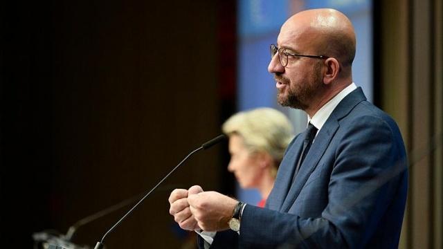 """Avrupa Birliği (AB) üyesi ülkelerin liderleri, Türkiye'nin Doğu Akdeniz politikasını değiştirmemesi durumunda yaptırım seçeneğinin """"derhal"""" uygulanacağını duyurdu.  AB Liderler Zirvesi'nin ilk gün toplantıları sonunda yayınlanan sonuç bildirisinde Doğu Akdeniz'de Kıbrıs Rum tarafının egemenliğinin ihlal edildiği kaydedildi ve Ankara'ya Rum yönetimiyle diyalog kurması çağrısı yapıldı.  Bildiride, Ankara'ya olası yaptırımlar konusunda AB Antlaşması'nın 29. ve 215. maddelerine atıf yapıldı.  Türkiye'ye yönelik """"çift yönlü bir strateji"""" izlediklerini söyleyen AB Konseyi Başkanı Charles Michel, aralık ayında bu konuyu tekrar değerlendireceklerini söyledi."""