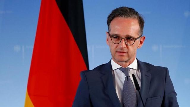 """Alman Dışişleri Bakanı Heiko Maas, Türkiye'ye yönelik seyahat kısıtlamalarını kaldırmak için Avrupa Birliği'nin tavsiyelerini beklediklerini, Ankara ile görüşmelerin sürdüğünü, kararın ne zaman alınacağı konusunda henüz bilgi veremeyeceğini söyledi.  Bakan Maas, Berlin'de düzenlenen basın toplantısında yaptığı açıklamada, """"Almanya Türkiye ile seyahat kısıtlamalarını yeniden gözden geçirmek için görüşmeler yürütüyor. Herhangi bir karar almadan önce Avrupa Birliği'nin tavsiyelerini bekliyoruz."""" ifadelerini kullandı.  Heiko Maas, """"Türkiye ile görüşüyoruz. Dışişleri bakanı bu konuyu Türk meslektaşıyla zaten görüştü. Türkiye'nin büyük çaba gösterdiğini görüyoruz ancak kararın nasıl ve ne zaman alınacağı konusunda tahmin veremiyoruz."""" dedi.  Almanya, 15 Haziran'dan itibaren AB ülkeleri için seyahat uyarılarını kaldıracak  Almanya hükümeti, 15 Haziran'dan itibaren Avrupa çapında yapılacak turistik seyahatlere yönelik uyarıların kaldırılacağını duyurdu.  Maas, """"Bakanlar Kurulu Avrupa Birliği ülkelerine seyahatler konusunda uyarıları sürdürmeme kararı aldı. Uyarıların yerini tavsiyeler alacak."""" dedi.  Uyarı listesinden çıkarılacak olan ülkeler Avrupa Birliği'ndeki 26 üye ülkenin yanı sıra İngiltere, İzlanda, Norveç, İsviçre ve Lichtenstein.  Her ülke için ayrı ayrı risk değerlendirmesi bekleniyordu ancak Almanya bu yönde karar almamayı tercih etti.   Almanya Covid-19 salgınından dolayı mart ayından bu yana önlem amacıyla kısıtlamalara gitmişti."""