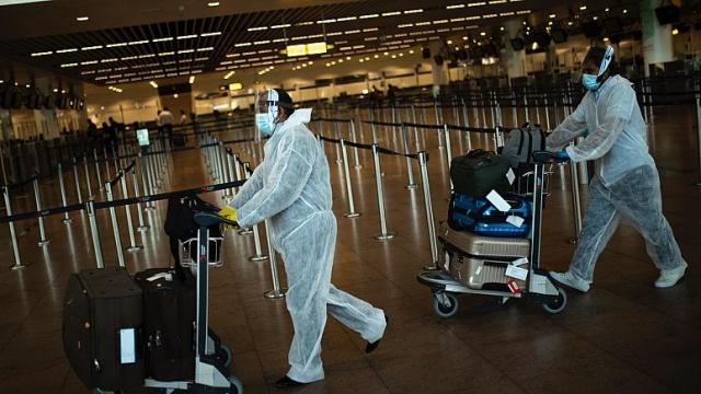 Covid-19 salgınının tüm olumsuzluklarına rağmen fırsat kapısı araladığı sektörlerden biri de sigortacılık oldu. Turistlerin ziyaret ettikleri ülkelerde koronavirüsten dolayı başlarına gelebilecek sıkıntıların maliyetini karşılamak için bir çok sigorta firması, poliçe seçeneklerine ücreti karşılığında Covid-19'u da ekledi.  Koronavirüsle ilgili turistlerden zorunlu sigorta isteyen ülkelerin sayısının artması sigortacıların yüzünü güldürse de salgında yeni bir dalga yaşanma olasılığı, sektör için büyük kayba uğrama riskini de barındırıyor.