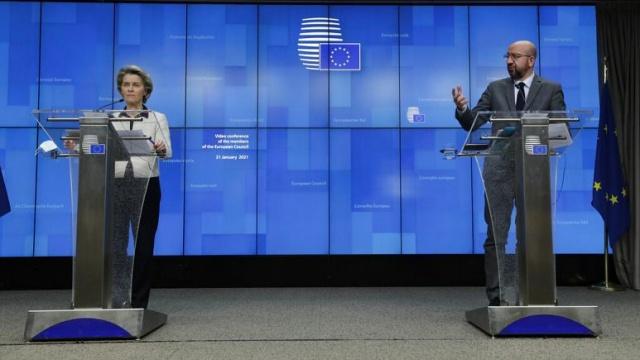 """Avrupa Birliği (AB), Covid-19'un daha hızlı yayılan türlerinin ortaya çıkması nedeniyle kıta içinde ve üçüncü ülkelerle yapılacak seyahatleri """"güçlü şekilde caydırma"""" kararı aldı.  Brüksel, ayrıca Covid-19'a karşı aşılanacak kişilere """"aşı sertifikası"""" verilmesini ertelediğini duyurdu.  AB Komisyonu Başkanı Ursula von der Leyen, koronavirüsün yeni türlerinin Avrupa'da yayılmaya başlamasından endişe duyduklarını belirterek, risk bölgelerini gösteren haritaya yeni bir kategori eklemeyi önerdiklerini kaydetti.  Von der Leyen, AB sınırları dışından geleceklerden de yolculuk öncesi negatif PCR test sonucu talep edilebileceğini aktardı. Toptan sınırların kapatılmasına karşı olduklarını vurgulayan von der Leyen, iç piyasada malların ve hizmetlerin ulaşımı için sınırların açık kalması gerektiğini söyledi.  AB Konseyi Başkanı Charles Michel de """"Kısıtlayıcı tedbirlerin sürmesi ve bazı durumlarda daha da katılaşması gerektiğinin farkındayız."""" dedi."""