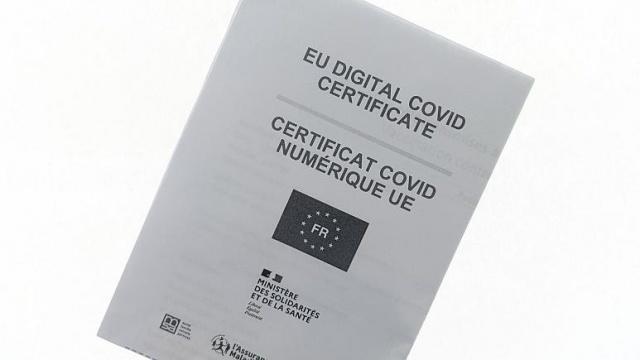 """Avrupa Birliği'nin koronavirüs salgınında seyahatleri kolaylaştırmak için hazırladığı """"aşı sertifikası"""" uygulaması bugün (1 Temmuz 2021) yürürlüğe girdi.  AB Konseyi daha önce yaptığı açıklamada, üye ülkelerin """"AB Dijital COVID Sertifikası"""" adlı düzenlemeyi onayladıklarını duyurmuştu.  Ücretsiz olan Covid Sertifikası, kağıt veya dijital şekilde hazırlanıyor.  Ayrımcılığın önlenmesi amacıyla aşı olmayan kişiler de sertifikaya sahip olabiliyor.  Aşı sertifikası, kişilerin Covid-19 aşısı olup olmadığını, olduysa nerede ve hangi aşıyı olduğunu gösteren bilgiyi, hastalığı geçirenlerin iyileştiğine dair belgeyi ve negatif test sonucunu içeriyor."""