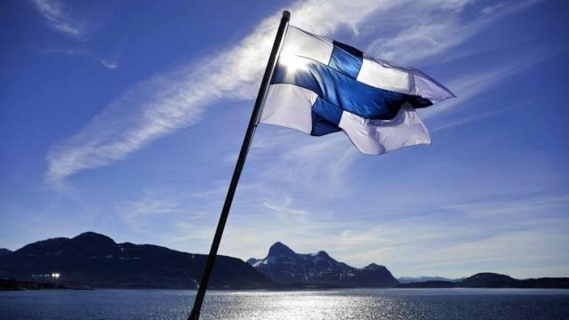 """Dünyanın en mutlu ülkesi olarak bilinen, yüksek yaşam standartlarına sahip Finlandiya, ciddi işgücü sıkıntısıyla karşı karşıya.  Birleşmiş Milletler'e göre, yaşlanan nüfus açısından Japonya'dan sonra ikinci sırada yer alan Finlandiya'da, 2030 yılına kadar """"yaşlı bağımlılık oranının"""" 39.2'den 47,5'e yükseleceği öngörülüyor.  Ülkede ihtiyaç duyulan işgücü listesinde sağlık çalışanları, metal işçileri, bilişim ve denizcilik uzmanları üst sıralarda yer alıyor.   Talented Solutions ajansından işe alım görevlisi Saku Tihverainen, """"Ülkeye gelmek için olağanüstü sayıda insana ihtiyacımız olduğu artık yaygın olarak kabul ediliyor."""" dedi.  Hükümet, 5,5 milyonluk ulusun, kamu hizmetlerini sürdürmek ve yaklaşan emekli maaşı açığını kapatmak için göç seviyelerinin yılda iki katına çıkarılması gerektiği konusunda uyardı. Bu da yılda 20 bin ile 30 bin arasında göçmen işgücüne ihtiyaç duyulduğu anlamına geliyor."""