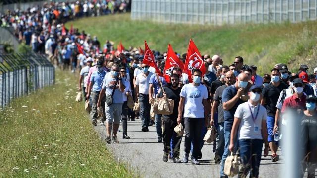 Avrupa genelinde işsizlik, Covid-19 pandemisi sırasında hava yolu şirketleri ve otomobil sektörünün büyük çaplı işten çıkarmaları nedeniyle arttı.  Avrupa Birliği (AB) İstatistik Kurumu Eurostat'ın verilerine göre üye ülkelerde yaklaşık 281 bin kişi Haziran ayında işini kaybetti. AB'de Nisan ayında 397 bin, Mayıs ayında ise 253 bin kişi işsiz kalmıştı.  Birlik ülkelerinde Mart ayında yüzde 6,4 ile görülen son 12 yılın en düşük işsizlik seviyesi Haziran ayında 7.1'e yükseldi. Bu oran 19 ülkeden oluşan Euro Bölgesi'nde aynı ay içerisinde 7.8 olarak kaydedildi.  Bazı Avrupa ülkeleri geçici izin programları ve maaş destekleriyle ile salgının ekonomiye etkisinden korumaya çalışırken, her AB ülkesi aynı şekilde şanslı değil.  AB'de, Covid-19 nedeniyle büyük oranlarda işçi çıkaran şirketlerin güncellenmiş listesini hazırladık: