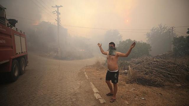 """Antalya, Adana ve Mersin'deki son 24 saatte çıkan ve henüz kontrol altına alınamayan orman yangınlarında önemli miktarda yeşil alan kül olurken, Manavgat'taki yangında 3 kişi hayatını kaybetti.  Afet ve Acil Durum Yönetimi Başkanlığı (AFAD), Antalya'nın Manavgat ilçesinde çıkan orman yangınında 3 vatandaşın hayatını kaybettiğini, etkilenen 58 vatandaşın ise tedavilerinin devam ettiğini bildirdi.  AFAD'dan yapılan yazılı açıklamada, dün öğle saatlerinde Antalya Manavgat ilçesinde 4 farklı noktada yangın çıktığı hatırlatılarak, havadan ve karadan müdahalenin sürdüğü belirtildi.  Yürütülen söndürme çalışmalarında 1 uçak, 1 İHA, 19 helikopter, 192 arazöz, 30 iş makinası, 960 personel ve 30 su ikmal aracının kullanıldığı kaydedilen açıklamada, """"3 vatandaşımız hayatını kaybetmiş, 122 vatandaşımız etkilenmiştir. 58 vatandaşımızın tedavileri devam etmektedir"""" bilgisine yer verildi."""