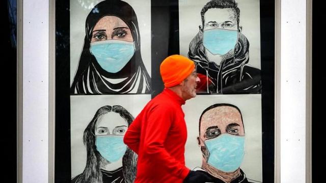 Danimarka'da yapılan araştırmaya göre, yüz maskeleri Covid-19 enfeksiyonuna karşı kullanıcıya yalnızca sınırlı bir koruma sağlıyor.  Ancak uzmanlar, bu verinin insanların yaygın maske takmasına karşı bir argüman olarak kullanılmaması gerektiği konusunda uyardı.  Danimarkalı yetkililerin yüz maskesi takmayı önermediği Nisan ve Mayıs aylarında yapılan araştırmada, 6 bin 24 yetişkin, biri yüz maskesi takan biri kontrol grubu olmak üzere iki gruba ayrıldı.