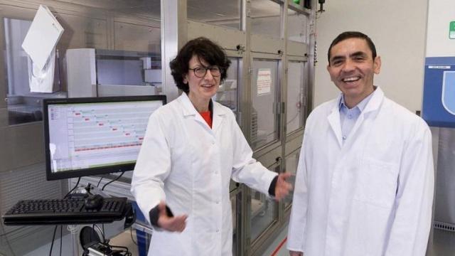 Dünyanın en büyük ilaç firmalarından Amerikan Pfizer, geliştirilen Covid-19 aşısının son klinik aşamada yüzde 90'dan fazla başarı oranı elde ettiğini duyurdu.  Dikkatler ise aşının mülkiyetini elinde tutacak ve birlikte çalıştığı Pfizer'a imtiyaz hakları verecek olan Alman ortak BioNTech firmasına çevrildi. Bin 500 çalışanı olan bu şirketin iki kurucusu Türkiye kökenli bilim insanları.  Aileleri Türkiye'den Almanya'ya gelmiş Prof. Dr. Uğur Şahin ve Dr. Özlem Türeci hakkında bilinenler şu şekilde: