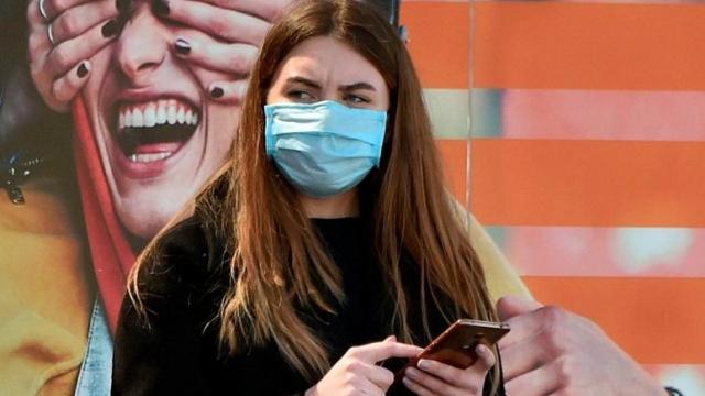 Dünya Sağlık Örgütü, Haziran 2020'den bu yana kamusal alanda maske takılması gerektiğini belirtiyor. Pandeminin başlarında İngiltere ve Fransa gibi ülkeler önce maske konusunu gevşek bırakmışlar ancak sonra vakalar hızla artınca sert kısıtlamalara gitme kararı almışlardı.  Benzer şekilde pek çok ülkede kamusal alanda maske takmak zorunlu hale getirildi. Buna uymayanlara da para cezaları kesildi. Pek çok ülkede vatandaşlar bu cezaları yüksek ve adaletsiz buluyor.
