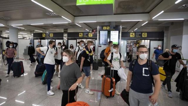 """Avrupa'nın en büyük havayolu ve havaalanı şirketleri, Avrupa Birliği'ni adres alan bir mektup kaleme alarak Covid-19 dijital sertifikasının daha iyi yönetilmemesi durumunda uzun kuyruklar oluşacağı ve durumun """"kaosa"""" dönüşebileceği uyarısında bulundu.  Reuters'ın ulaştığı mektupta yetkililer, bu tür bir """"kargaşanın"""" yaşanmaması için yolcuların işlemlerinin havaalanlarına gelmeden önce yapılması gerektiğinin altını çizdi."""