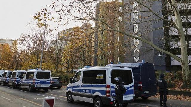 Almanya'nın başkenti Berlin'de polis, çeşitli ev ve kuyumcu dükkanlarına baskın düzenleyerek, 2017 yılında müzeden çalınan 100 kilo ağırlığındaki altınla ilgili arama yaptı.  Başkent Berlin'deki Bode Müzesi'nden çalınan ve madeni para şeklindeki Kanada altınının tahmini değerinin 3,75 milyon euro civarında olduğu sanılıyor.  Polis, sabah saatlerinde gerçekleşen baskınların, yaşları 14 ile 51 arasında değişen çeşitli milletlerden sekiz şüpheliye odaklandığını bildirdi.