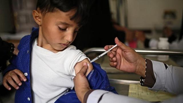 Çocuk ve bebeklere koronavirüs aşısı yapılacak mı? Bu sorunun yanıtı 'yaş'a ve klinik deneylerden çıkacak sonuçlara bağlı. Ergenlik çağındakilerin küçük kardeşlerine göre aşı için kollarını daha erken sıvayacağı kesin.  Pfizer'in Covid-19 aşısının 16 yaşından büyüklerde kullanımına lisans verildi. Dolayısıyla bu aşıyı temin eden ülkelerde, gençler sağlık durumlarına göre ya da sırası geldiğinde bu aşıyı yaptırabilecek.