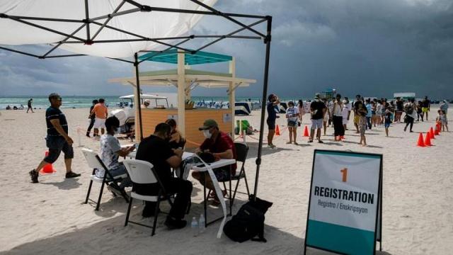 Uluslararası seyahatler için çoğu ülke negatif PCR testi sonucu ya da aşı belgesi talep ederken bazı ülkeler turistler için Covid-19 aşısı vadediyor.  Dünya genelinde yaklaşık 1 milyar kişi aşılanmış durumda ve bazı hükümetler zor geçen bir yılın ardından turizm yaralarını sarmak için ellerindeki aşı dozlarını kullanmaya niyetli.  Peki seyahat paketine aşıyı da ekleyen ya da ücretsiz dozları şehir merkezlerinde uygulayan ülkeler hangileri?  İşte turistlere Covid-19 aşısı sunan ya da sunmayı planlayan 5 ülke