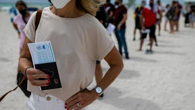 Avrupa Birliği ülkelerinin liderleri, uzun süredir üzerinde tartıştıkları aşı pasaportu konusunda salı günkü toplantılarında uzlaşı sağlayamadı.  AB dönem başkanı Portekiz'den yapılan açıklamada, Avrupa Parlamentosu, Avrupa Komisyonu ve üye ülke hükümetlerinden müzakerecilerin görüşmelere perşembe günü devam edecekleri bildirildi.  Liderler, aşı pasaportu uygulamasını yaklaşan turizm sezonu için hayati bir can simidi olarak görüyor.  Dijital sertifikanın, koronavirüs salgını ve virüsün çeşitli varyantlarıyla ilgili endişeler sürse bile, haziran ayı sonlarında blok içinde seyahat etmeyi mümkün kılması öngörülüyor.