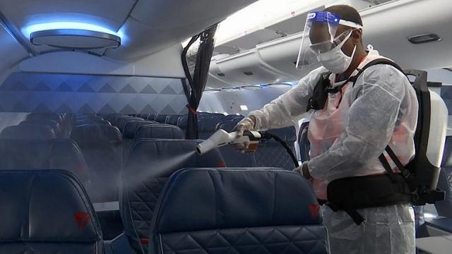 Harvard Üniveristesi tarafından yapılan yeni bir araştırma havayolu ulaşımının alışverişe çıkmak ya da bir bir restoranda yemek yemekten daha az riskli olduğunu ortaya koydu. Ancak araştırmanın havayolu sektörü tarafından finanse edilmesi araştırmanın tarafsızlığı konusunda soru işaretleri yarattı.  Uçak kabinindeki hava dolaşımını inceleyen bir bilgisayar modeli kullanılarak yapılan çalışmada kabindeki özel havalandırma sisteminin hava yoluyla bulaşan virüslerin yüzde 99'unu filtrelediği anlaşıldı.  Çalışmayı yürüten T.H. Chan Halk Sağlığı Bölümü'nden araştırmacılar her ne kadar kabin içinde aynı hava sirküle etse de, havanın her iki-üç dakikada bir filtrelerden geçtiğini ve bu nedenle bir yolcudan çıkan damlacıkların taşıdığı virüsün doğrudan havalandırma sistemi ile kabindeki başka bir yolcuya bulaşması ihtimalinin düşük olduğunu belirtti.  Araştırmacılar ayrıca uçaklardaki havalandırma sisteminin uçuş sırasında yolcuların birbirine yakın oturmasının yarattığı olumsuz etkiyi de ortadan kaldırdığına dikkat çekti.
