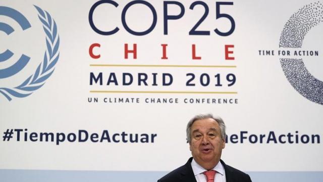 """Birleşmiş Milletler (BM) İklim Konferansı (COP 25) dünya liderlerinin katılımıyla İspanya'nın başkenti Madrid'de başladı. 13 Aralık tarihlerine kadar devam edecek olan zirvede 2015 Paris Antlaşması'nda alınan """"karbondioksit salımının düşürülmesi kararının"""" eylem planı masaya yatırılacak.  Kuralları BM tarafından belirlenen 156 sayfalık anlaşmanın eylem planının öncelikli hedefi, küresel karbon salınımında sera etkisinin 2 dereceden 1.5 dereceye düşürülmesi.   COP 25 zirvesinin Şili'nin başkenti Santiago'da düzenlenmesi düşünülüyordu ancak ülkede baş gösteren protesto gösterileri nedeniyle konferansların Madrid'de yapılması kararlaştırılmıştı. Bir önceki iklim zirvesi COP 24 ise 2018 Aralık'ında Polonya'nın Katowice şehrinde gerçekleşti."""