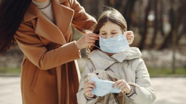Çocuklar Covid-19'un yayılmasında önemli bir etken mi?. Bilim şu an için bunun net cevabını bilmiyor, ancak tartışmalar devam ediyor. Çünkü okulların açık kalıp kalmaması her yerde en büyük sorulardan birisi.  Pandeminin başından bu yana çocukların etkilenmediği sadece taşıyıcı oldukları varsayılıyor. Yapılan bazı araştırma ve incelemeler sonrasında virüsü bulaştırma konusunda durumun sanıldığı kadar kötü olmadığı çocukların fazla bulaştırıcı olmadığı fikri yaygınlaştı.