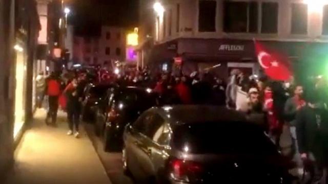 İslam'ın ve Türklerin açıktan hedef alındığı Fransa'da dün gece hareketli dakikalar yaşandı. Dağlık Karabağ'daki çatışmalar nedeniyle protesto yürüyüşü gerçekleştiren ve yolu trafiğe kapatan Ermeniler, işe gitmek isteyen Türklere saldırmıştı. 4 Türk vatandaşı saldırılar sonrası yaralanırken, bu kez Türkler sokağa döküldü. Gece yarısı Fransa'nın Viennes ve Le Peage-de-Roussillon bölgesinde Türk vatandaşlar bayraklarla slogan atarak yürüyüş gerçekleştirdi. Olay ülke medyasında geniş yankı uyandırdı.