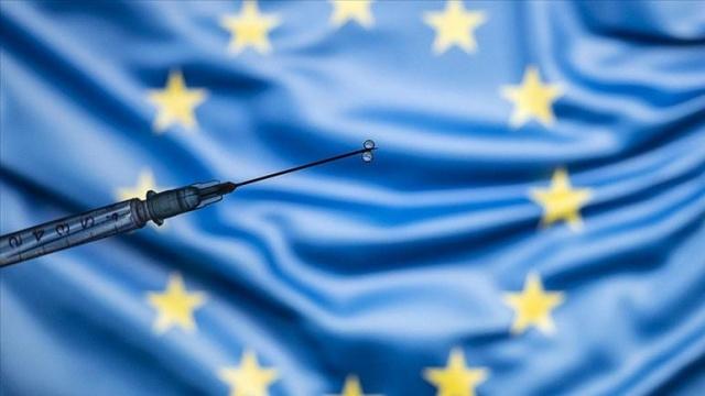 Avrupa Parlamentosu üyeleri, AB Komisyonu tarafından hazırlanan ülkeler arasında seyahatlerde kullanılacak 'AB Covid-19 Sertifikası'nı onayladı. Avrupa Komisyonu söz konusu belgenin temmuz ayı öncesinde yürürlüğe girmesini istiyor.  Avrupalı parlamenterler sertifikanın 12 ay için geçerli olmasını, kağıt veya dijital formatta hazırlanmasını istedi. Belgede, aşı olanların aşı bilgileri ya da yakın zamanda alınmış negatif test sonucu veya daha önce hastalığı geçirip geçirmediklerine dair bilginin bulunması gerektiği kararlaştırıldı.