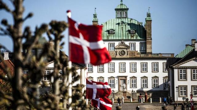 Danimarka, ülkedeki çalışan açığını kapatmak için yeni işçi alımı listesini açıkladı.  Uluslararası İşe Alım ve Entegrasyon Ajansı (SIRI) tarafından talep edilen meslekler arasında, yüksek öğrenim görmüş kişiler için 41, vasıflı işçiler için 47 iş unvanı yer alıyor.  Doktor, öğretmen, mühendis, tesisatçı, kasap, duvar ustası, fırıncı, kuaför, aranan iş kollarından bazıları.  Danimarka'da işgücü sıkıntısı yaşanan meslekleri ifade eden 'Pozitif Liste'de yer alan işlere Avrupa Birliği dışından ülke vatandaşları da başvurabiliyor.  Başvuranlar, Danimarkalı bir işverenden 31 Aralık'a kadar uygun bir iş teklifi almaları halinde, çalışma ve oturma izni hakkı kazanıyor.